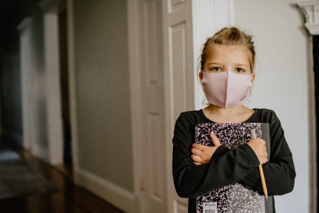 マスクをして腕を組む子供