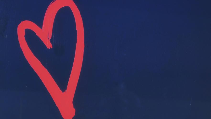 紺色の背景に赤のハート