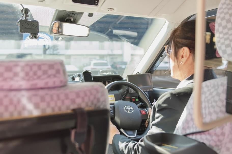 タクシーを運転するTさん