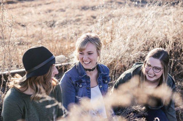 笑い合う人達の画像