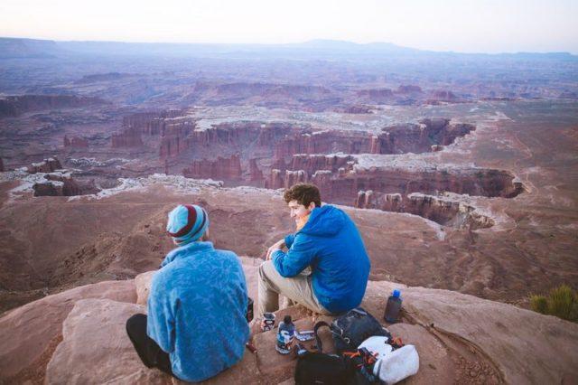 山頂で話している人たちの画像