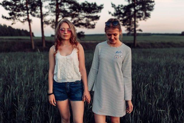 女性二人が手をつないでいる画像