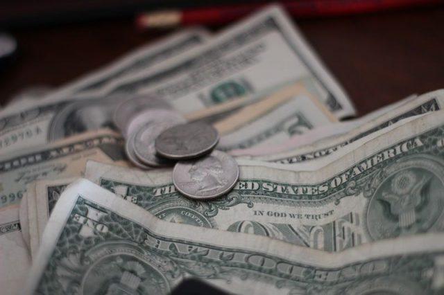お札とコインの画像