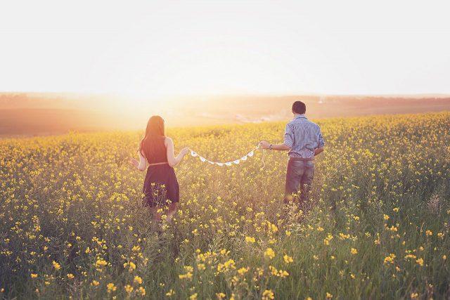 花畑で男女が二人並んでいる画像