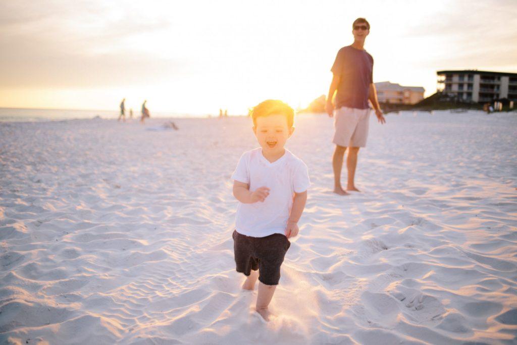 子供が砂浜を駆け回る画像