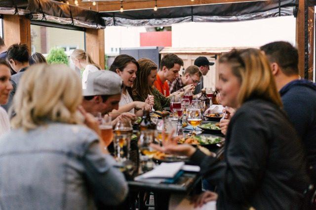 にぎやかな会食パーティの画像