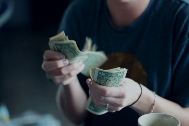 お金を数える人の画像