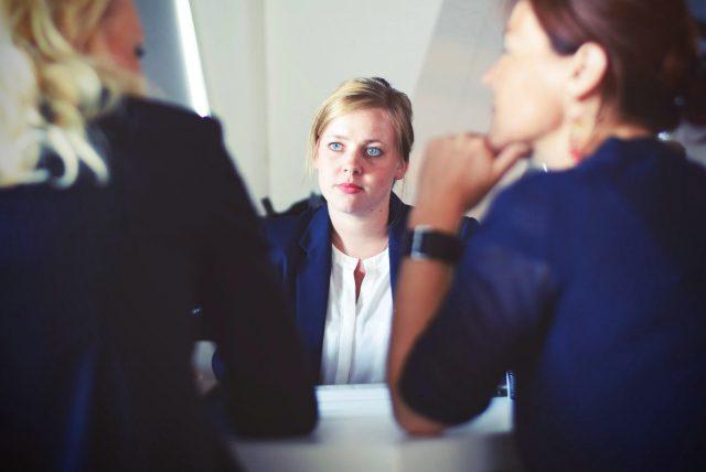 熱心に話を聞く会社員の画像