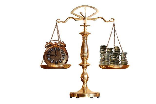 時計とお金が天秤にかけられている様子