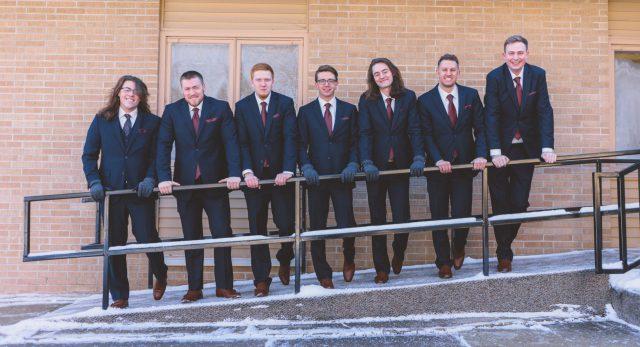 スーツ姿の人が笑顔で横に並んでいるようす