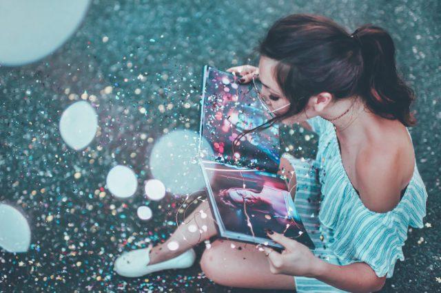 キラキラとした紙吹雪の中で本を読んでいる人