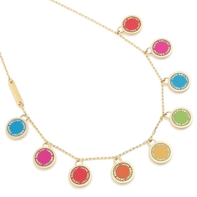 金のチェーンにカラフルな丸い「MARC JACOBS」の飾りがたくさんついているネックレス