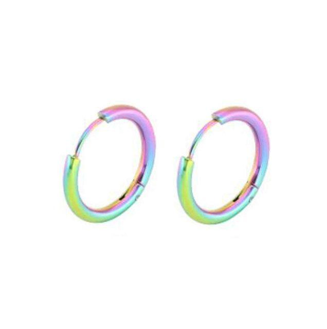 虹色のグラデーションに輝く、ステンレス素材のリングピアス