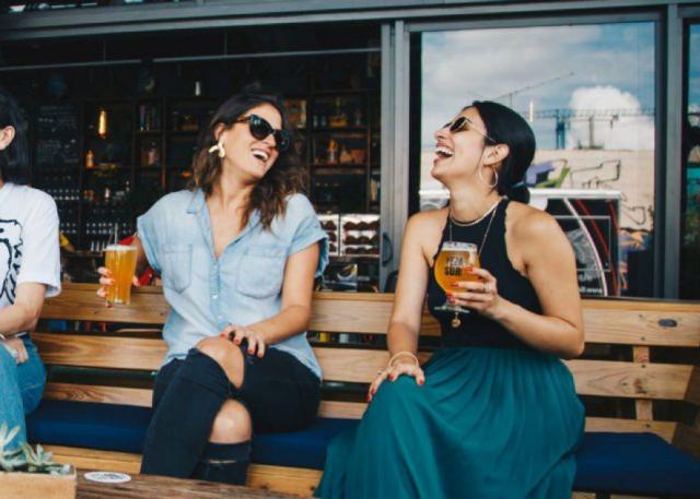ベンチで談笑する女性二人組
