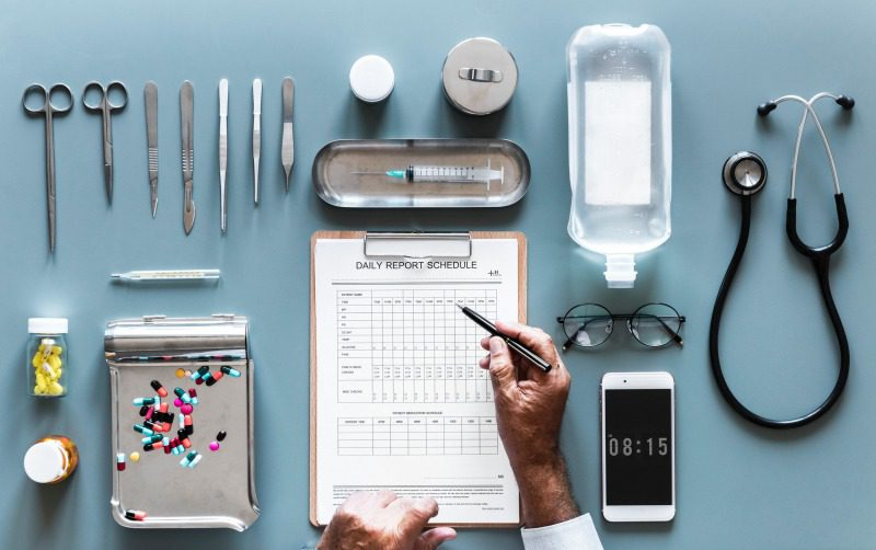 カルテと医療道具