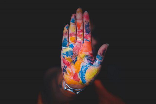 カラフルに塗られた手