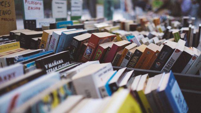 氾濫する書籍の山