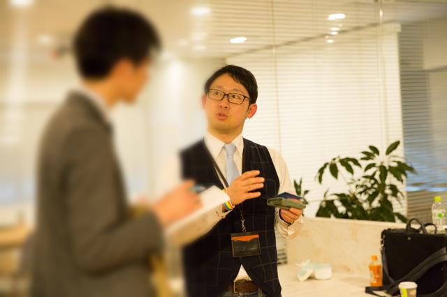 参加者と話をする男性