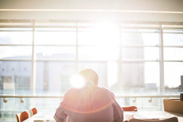 太陽に照らされる男性