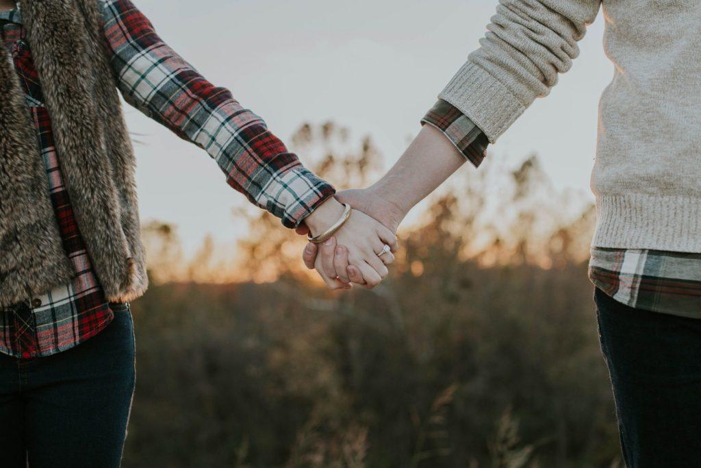 手をつなぐ人