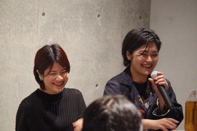 合田文・MINAが笑顔で話している
