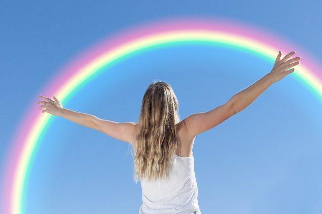 虹と空を仰ぐ人