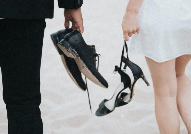 フォーマルな靴を脱いだ人たち