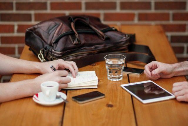 テーブルでお茶をしている人たち