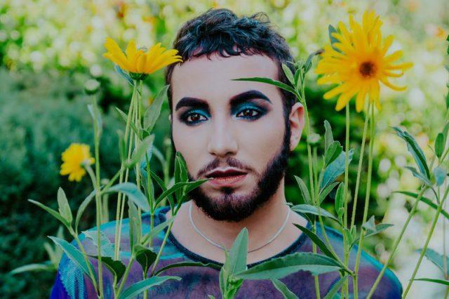 化粧した男性と花畑