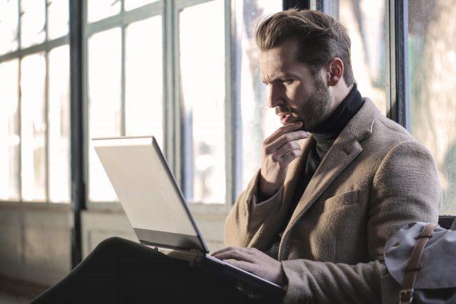 パソコンをみる男性の画像