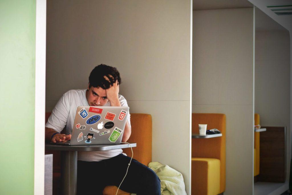 パソコンの前で悩む人