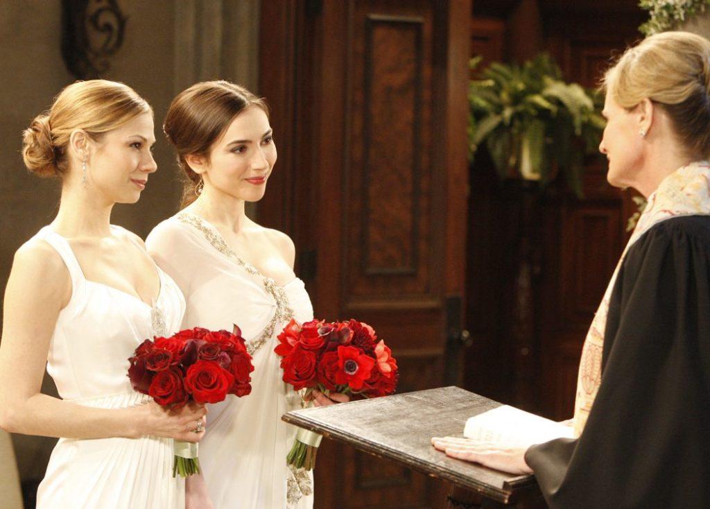 女性二人が花束をもっている画像