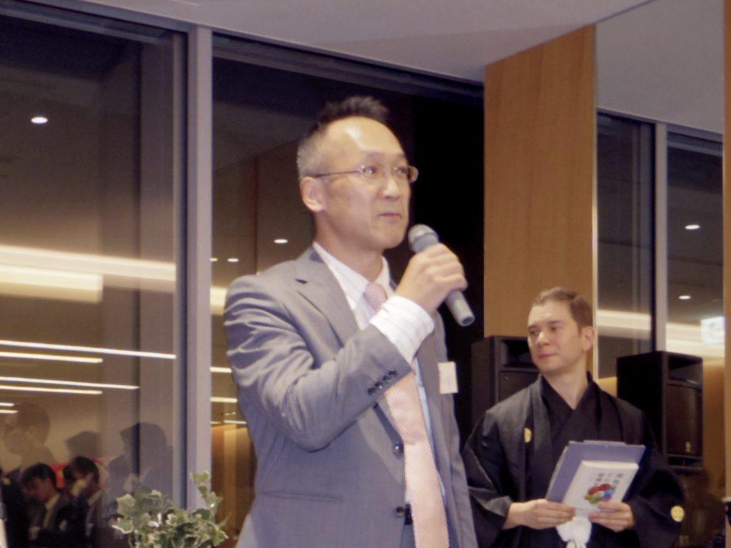 同性婚人権救済弁護団の中川重徳氏が演説する様子