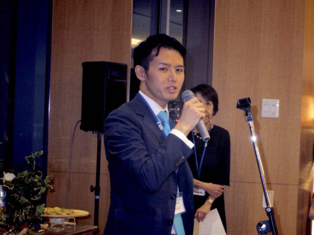 演説する田中氏