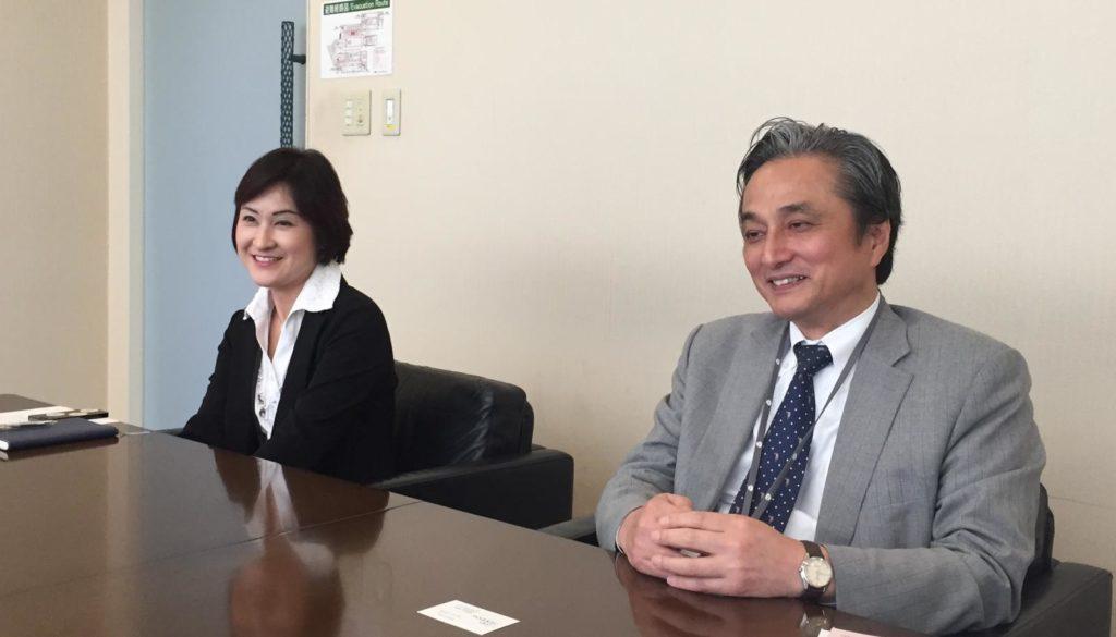 栗村さんと入山さんが座っている画像