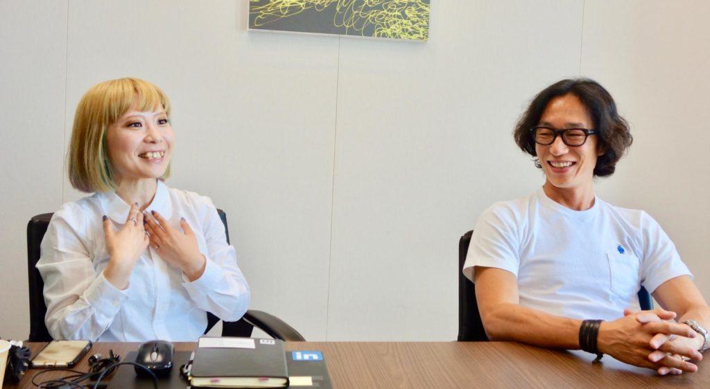 談笑している石谷さんと村上さん
