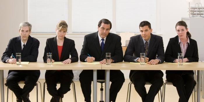 長机に並ぶ5人の面接官の画像