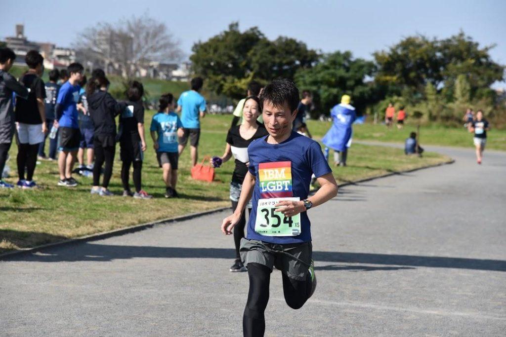 川田篤さんがマラソンを走っている画像