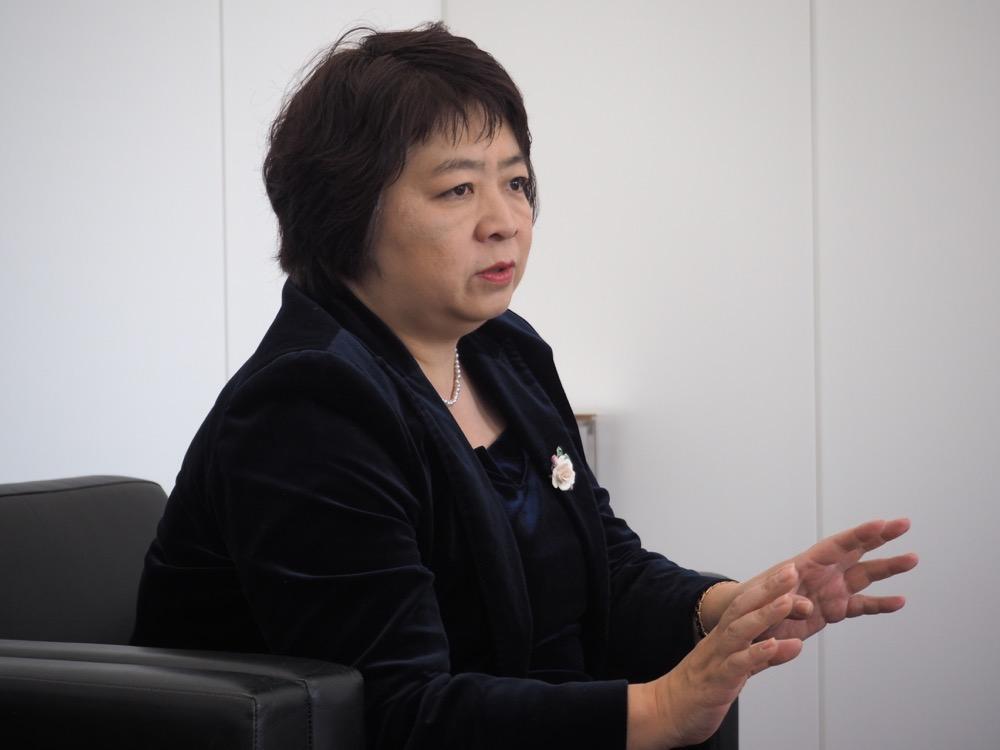 話している梅田恵さんの画像