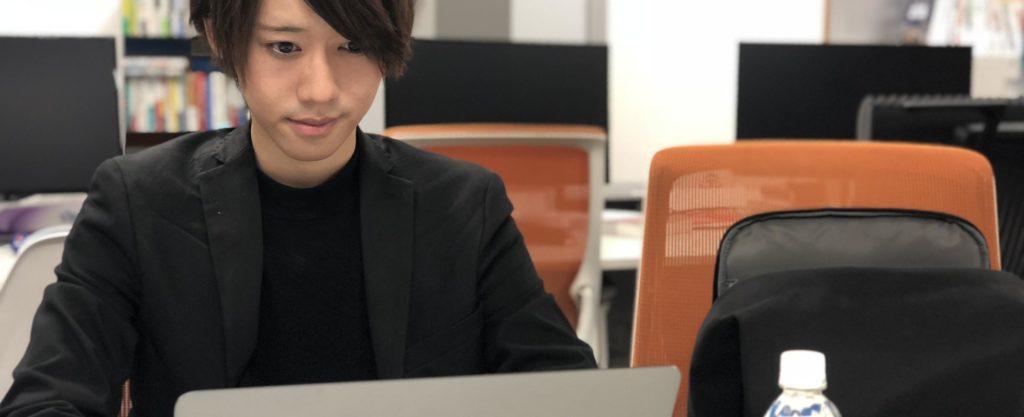 パソコンに向かう代表
