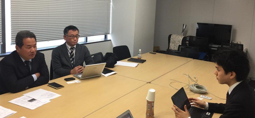 会議室で話す渡邉さんの画像