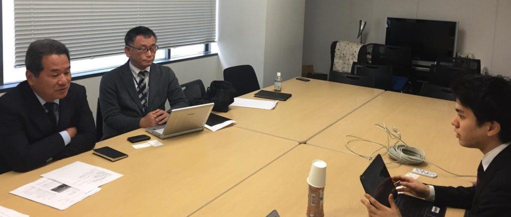 会議室で話し合う渡邉社長とインタビュアー