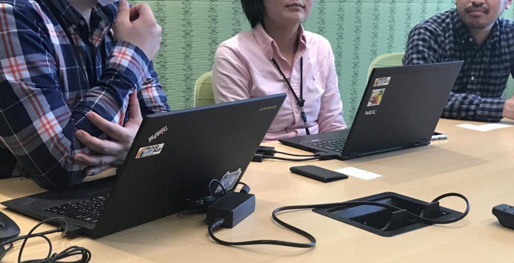 パソコンを開いてお話するGLEAM Japanの方々の画像