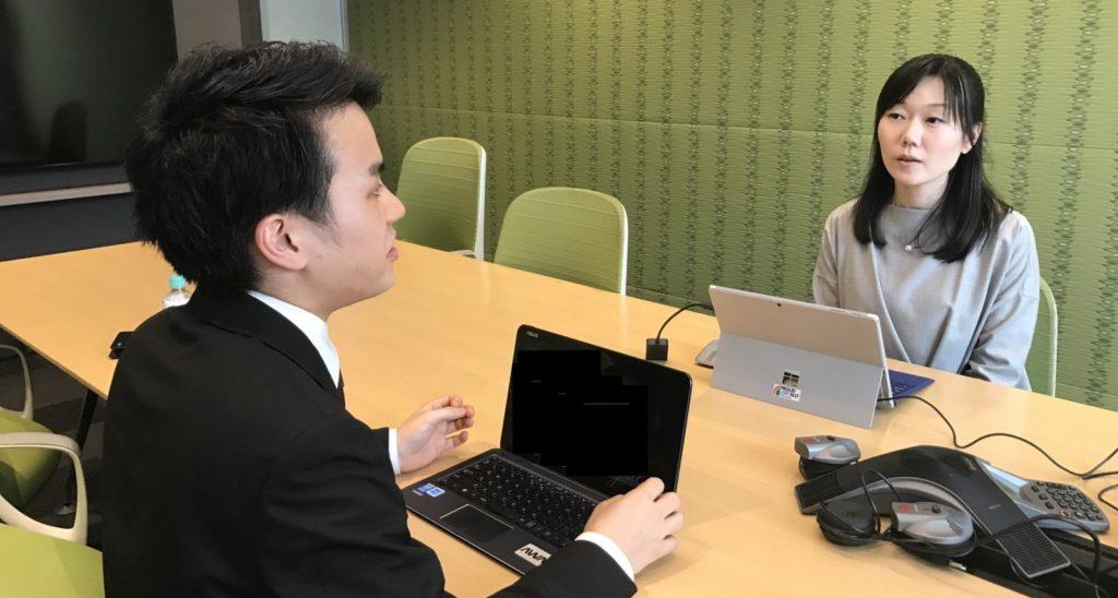 インターン生のヒロと人事本部の児玉さんが、テーブルで向かい合って話している画像