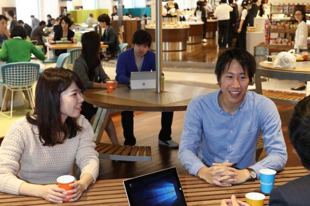 社内食堂で話している社員たちの画像