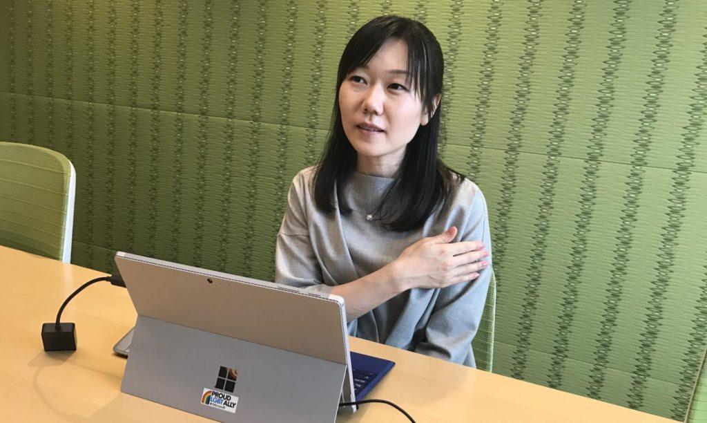 アライステッカーの貼ってあるパソコンの前で、児玉さんが話している画像