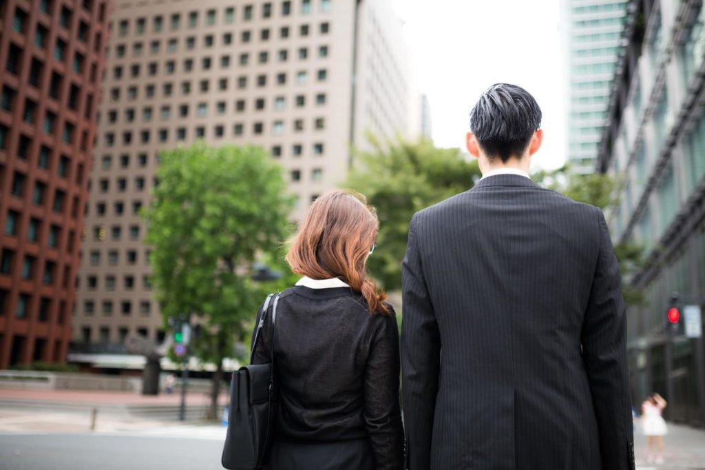 歩いているビジネスパーソン二人の後ろ姿の画像