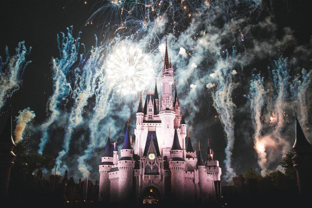 花火で照らされているシンデレラ城の画像