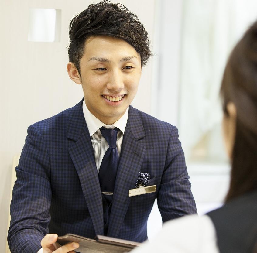 笑顔で応対する伊藤さんの画像