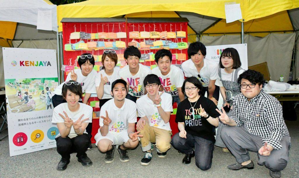 東京レインボープライドにて、JobRainbowの星と賢者屋社員の人たちの集合写真。